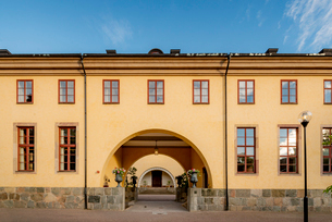 Sweden, Uppland, Uppsala, Arched entrance of yellow building in Linnean Gardens of Uppsalaの写真素材 [FYI02855982]