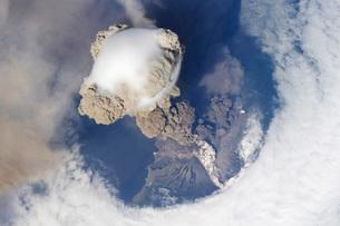 Eruption of Sarychev volcano.の写真素材 [FYI02855994]