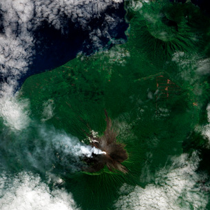 A small plume rises from the summit of Ulawun Volcano on Papの写真素材 [FYI02855999]