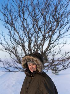 Finland, Keski-Pohjanmaa, Kokkola, Portrait of woman in winter coatの写真素材 [FYI02856014]
