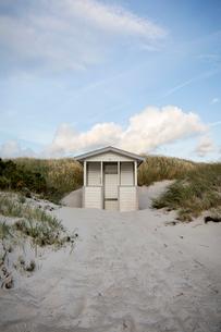 Sweden, Skane, Skanor, White wooden hut on sandy beachの写真素材 [FYI02856025]