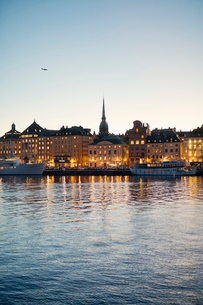 Sweden, Stockholm, Old town seen from bayの写真素材 [FYI02856038]