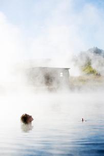 A woman bathing in The Secret Lagoon in Icelandの写真素材 [FYI02856043]
