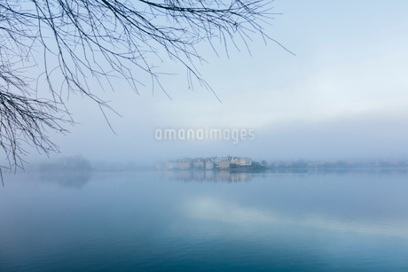 A misty view across the seaの写真素材 [FYI02856052]