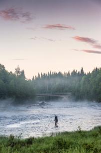 Man fishing in riverの写真素材 [FYI02856072]