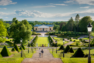 Sweden, Uppland, Uppsala, Couple walking down steps in Linnean Gardens of Uppsalaの写真素材 [FYI02856086]