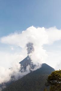 Volcan de Fuego erupting in Acatenango, Guatemalaの写真素材 [FYI02856090]