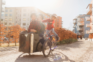 Man cycling with his sons in Stockholmの写真素材 [FYI02856091]
