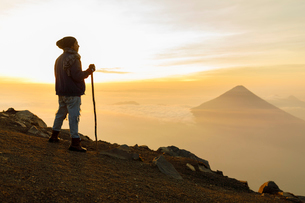 Man hiking mountain in Guatemalaの写真素材 [FYI02856094]