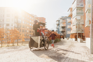 Man cycling with his sons in Stockholmの写真素材 [FYI02856097]
