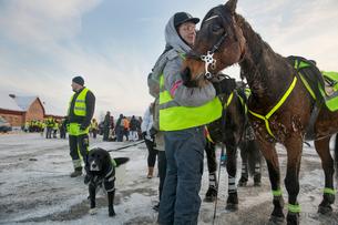Sweden, Uppland, Upplands Vasby, Volunteers of Missing people organization with animals standing inの写真素材 [FYI02856102]