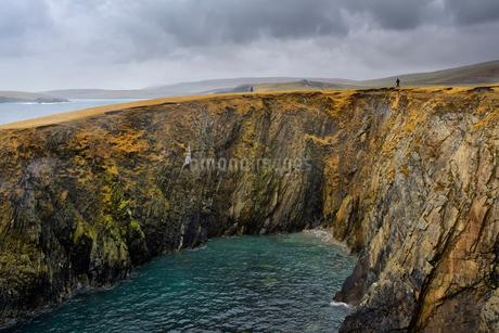 Rocky coastline in Shetland, Scotlandの写真素材 [FYI02856109]
