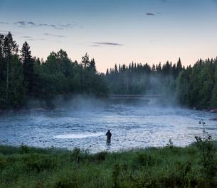 Man fishing in riverの写真素材 [FYI02856111]