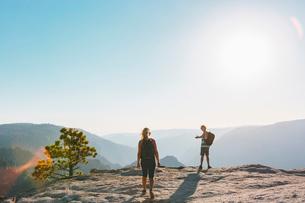 USA, California, Yosemite National Park, Man and woman at Taft Pointの写真素材 [FYI02856113]