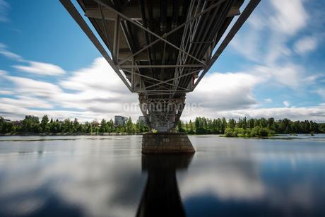 Bridge over a river in Skelleftea, Swedenの写真素材 [FYI02856117]