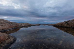 Rock pool in Vasterbotten, Swedenの写真素材 [FYI02856131]