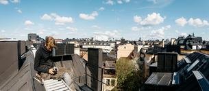 Roofer on a work break in Stockholm, Swedenの写真素材 [FYI02856139]