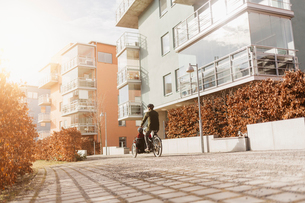Cyclist on a footpath in Stockholmの写真素材 [FYI02856148]