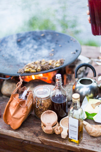 Food and condiments outside at a campfireの写真素材 [FYI02856152]