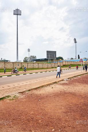 Pedestrians on street in Butare, Rwandaの写真素材 [FYI02856175]