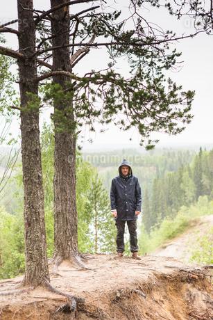 Man standing under treesの写真素材 [FYI02856181]