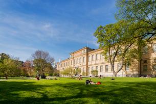 Sweden, Uppland, Stockholm, Ostermalm, Humlegarden, People resting by Kungliga Biblioteket (The Royaの写真素材 [FYI02856191]