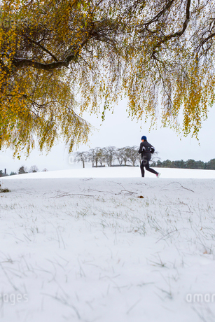 A person running in The Woodland Cemetery in Swedenの写真素材 [FYI02856216]