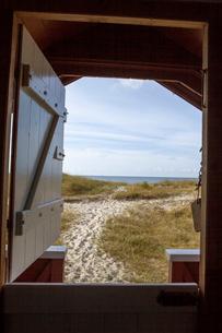 Through the window of a beach hut in Kampinge, Swedenの写真素材 [FYI02856220]