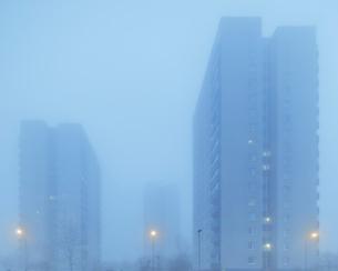 Sweden, Skane, Malmo, Hogaholm, Almvik, Residential buildings in fogの写真素材 [FYI02856227]