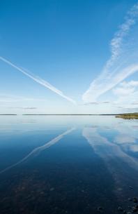 Sweden, Sodermanland, Hjalmaren, Reflection of vapor trails in lakeの写真素材 [FYI02856229]