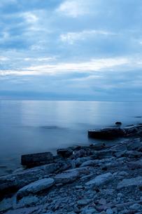 Sweden, Oland, Sandvik, Tranquil seascape at duskの写真素材 [FYI02856231]