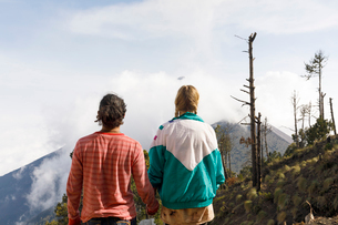 Couple holding hands on mountain in Guatemalaの写真素材 [FYI02856243]