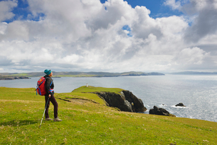 Woman hiking in Hillswick, Scotlandの写真素材 [FYI02856246]