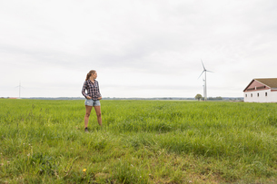 Agricultural worker standing in a fieldの写真素材 [FYI02856259]