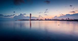 Sweden, Oresund Region, Skane, Malmo, Vastra hamnen waterfront with Turning Torso towering over cityの写真素材 [FYI02856277]