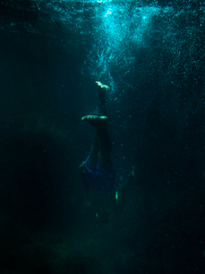 Young man diving in the sea in Koh Lanta, Thailandの写真素材 [FYI02856294]