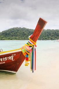 Boat on shore of beach in Ko Lanta, Thailandの写真素材 [FYI02856315]