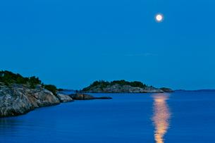 Finland, Eckero, Berghamn, Full moon over Baltic Seaの写真素材 [FYI02856333]