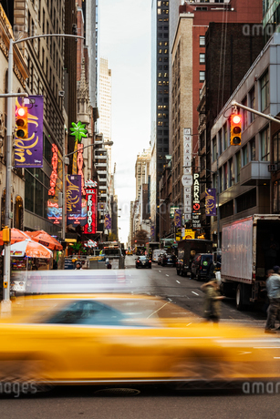 Blurred yellow taxi in New York Cityの写真素材 [FYI02856344]