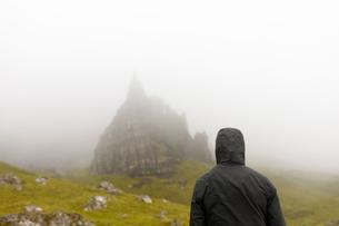 Woman wearing hood by Old Man of Storr on Isle of Skye, Scotlandの写真素材 [FYI02856352]