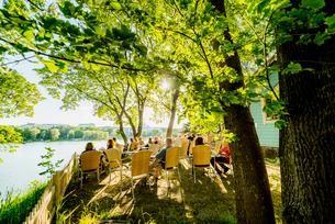 Finland, Uusimaa, Helsinki, Sidewalk cafe in Linnunlaulu near Toolonlahtiの写真素材 [FYI02856359]