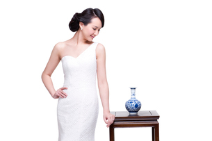 Elegant young woman with Chinese blue and white porcelainの写真素材 [FYI02856381]