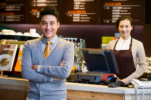 Portrait of coffee store shopkeeper and waitressの写真素材 [FYI02856384]