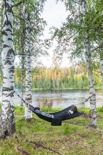 Woman lying on hammockの写真素材 [FYI02856414]