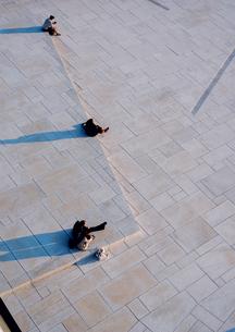 Norway, Oslo, Bjorvika, People sitting on stepsの写真素材 [FYI02856426]