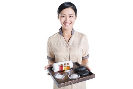 Massage therapist holding massage suppliesの写真素材 [FYI02856430]