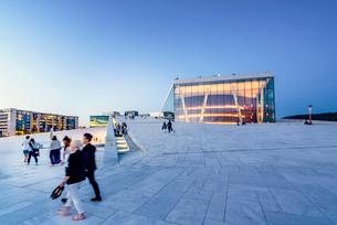 Norway, Oslo, Bjorvika, Operahuset at sunsetの写真素材 [FYI02856437]