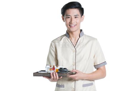 Massage therapist holding massage suppliesの写真素材 [FYI02856524]
