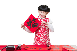 Happy girl celebrating Chinese new year with Fuの写真素材 [FYI02856552]