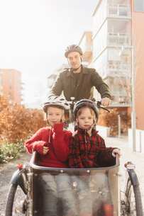 Man cycling with his sons in Stockholmの写真素材 [FYI02856557]